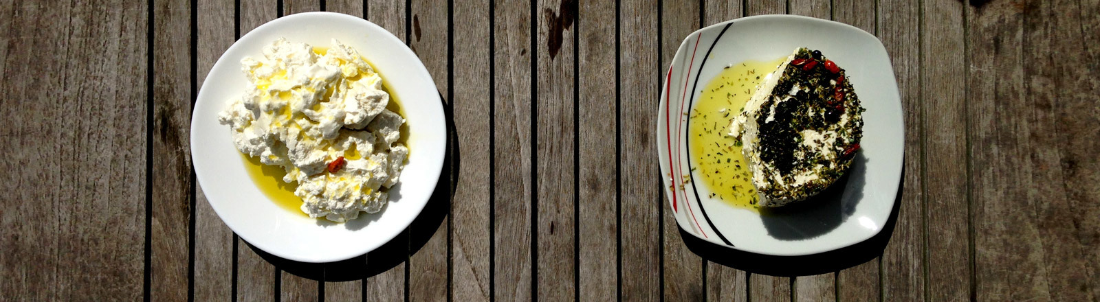 Zwei selbst gemachte Käsesorten auf jeweils einem Teller