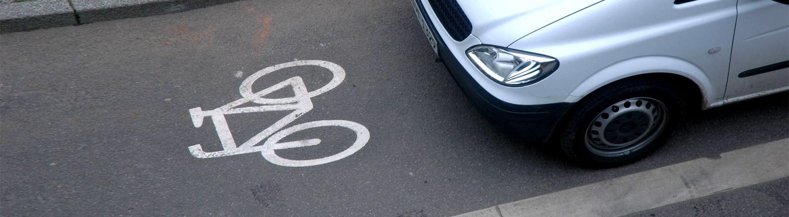 Ein Auto parkt auf einem Radweg