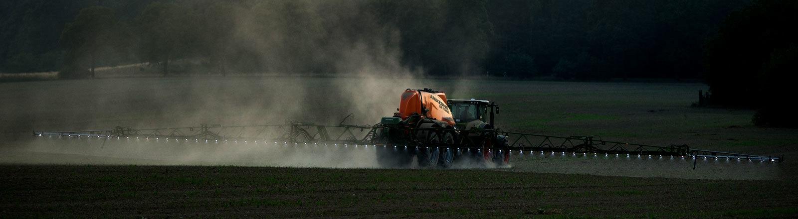 Ein Landwirt spritzt sein Feld