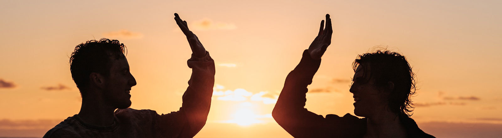 High Five im Sonnenuntergang