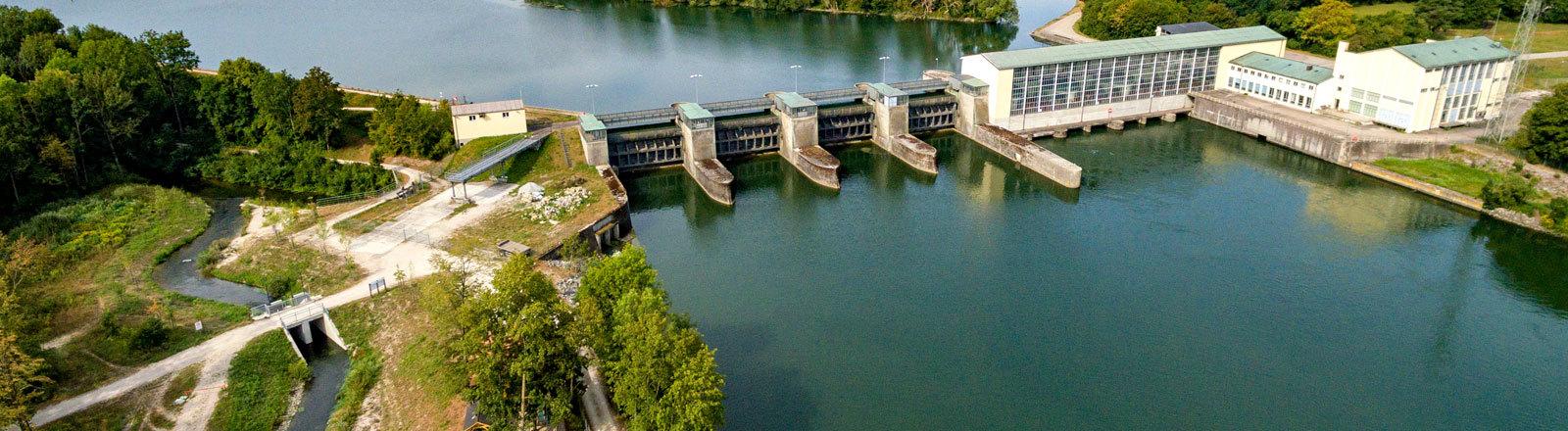 Ein Fluss und ein Wasserkraftwerk