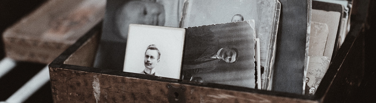 Kiste mit alten Fotos