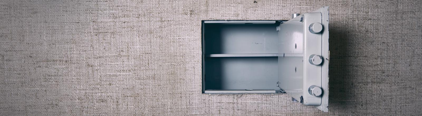 Ein geöffneter leerer Tresor in einer Wand