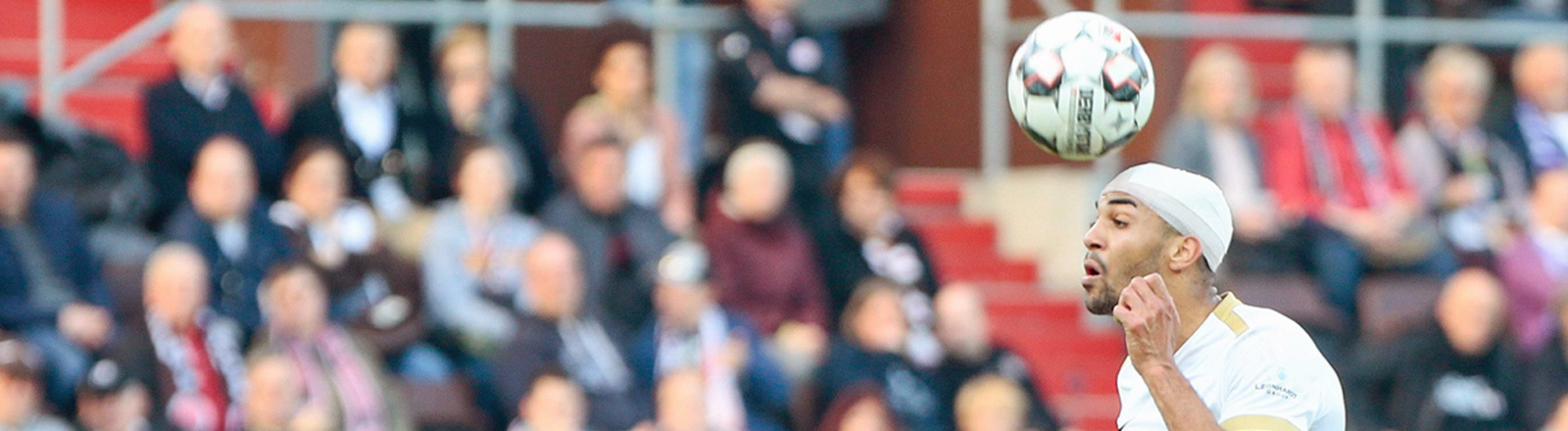 Fussballspiel in der 2.Bundesliga, FC St. Pauli gegen FC Erzgebirge Aue. Malcolm Cacutalua von Erzegbirge Aue macht einen Kopfball trotz Kopfverletzung und Verband.