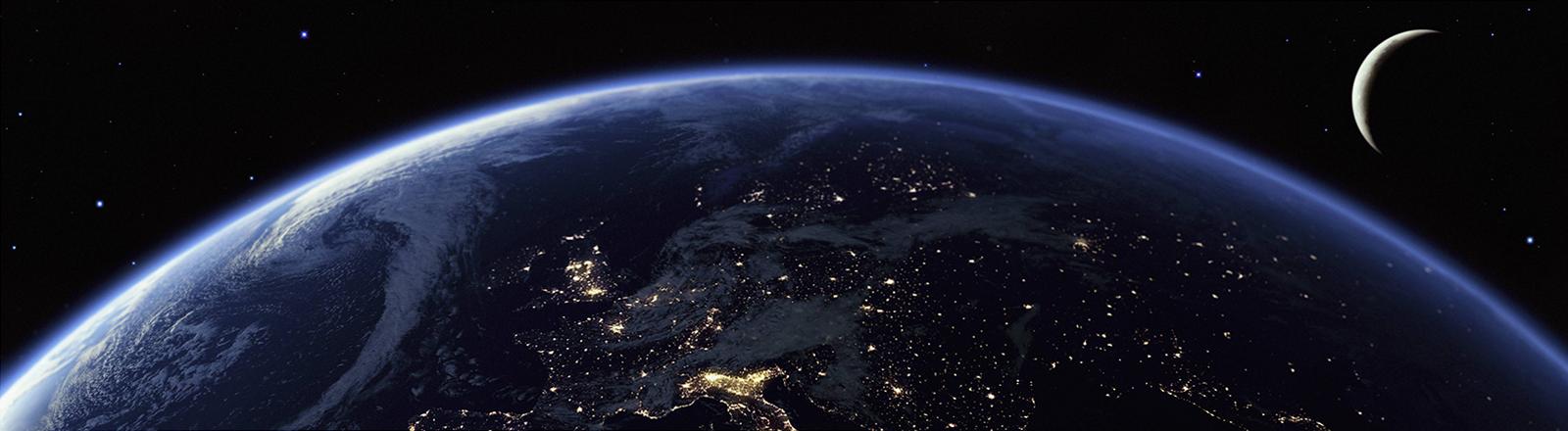 Europa, das Mittelmeer und Nordafrika bei Nacht vom Weltraum