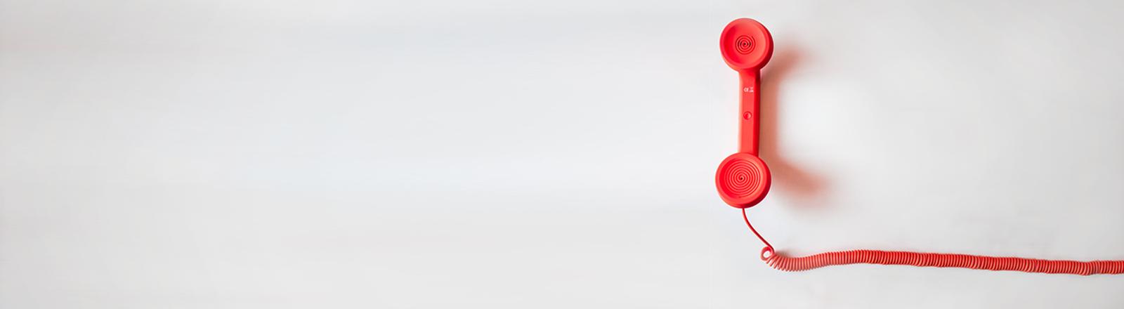 Ein altmodischer roter Telefonhörer