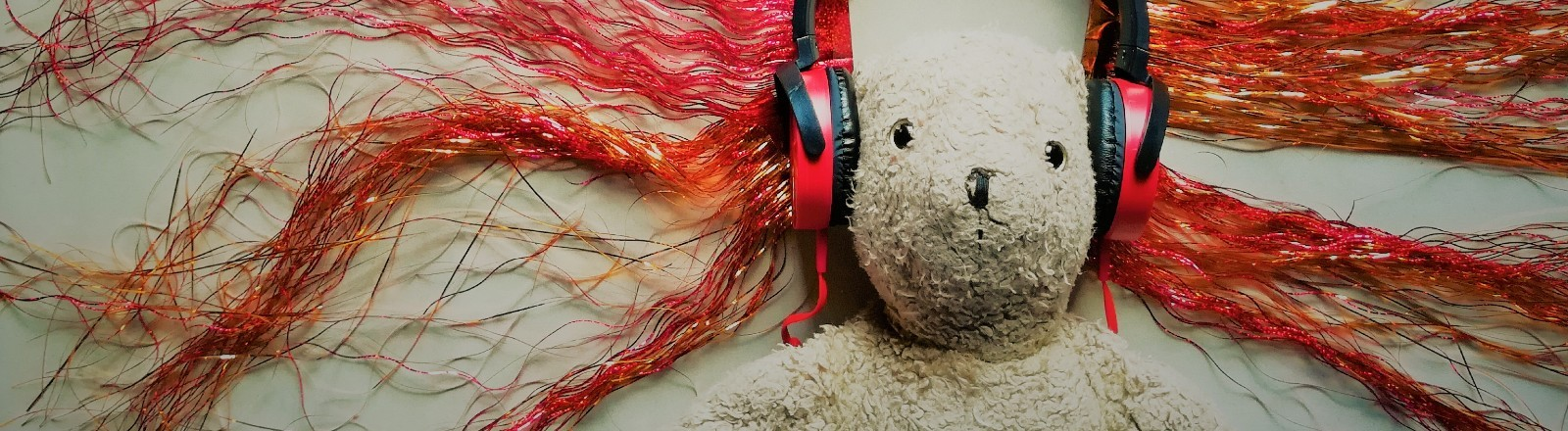 Teddybär mit Kopfhörern.