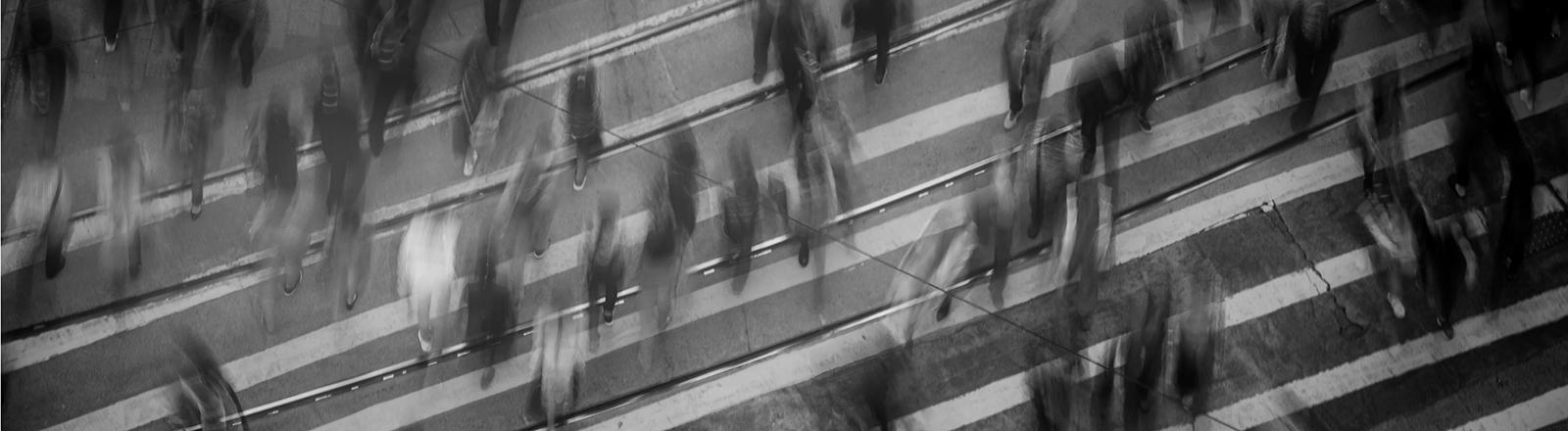 Zeitrafferaufnahme einer Menschenmenge von oben