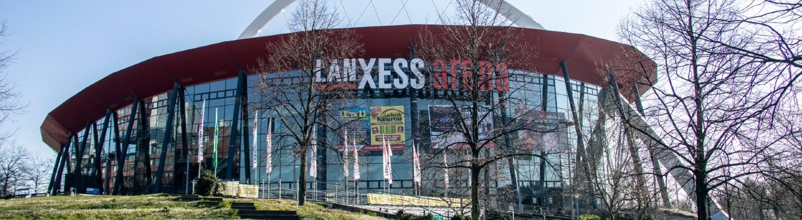 Lanxess Arena von außen.