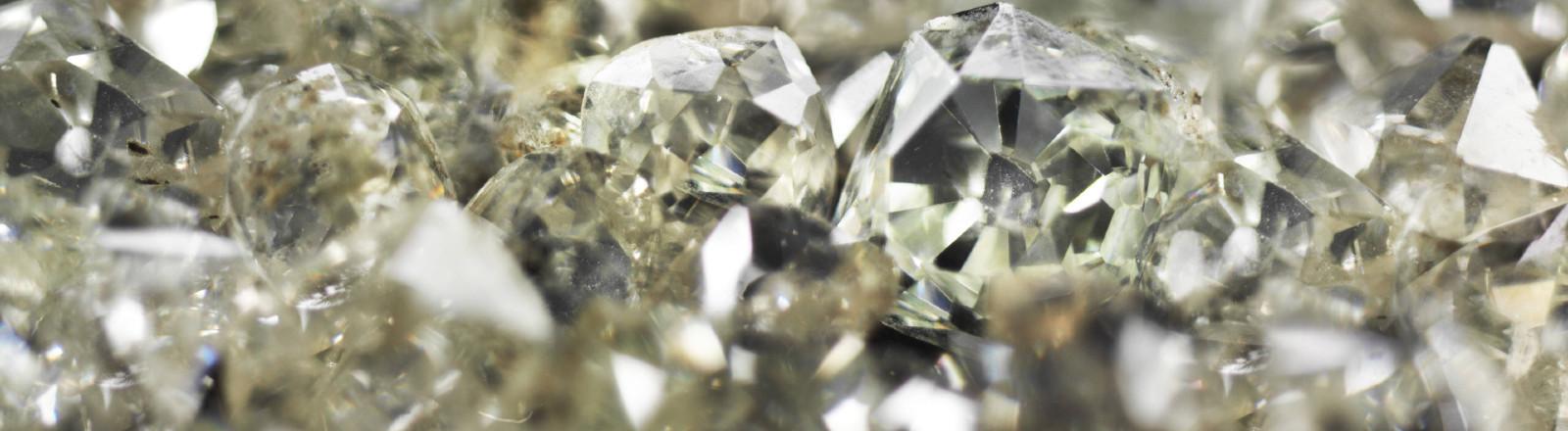 Rohe und geschliffene Diamanten.