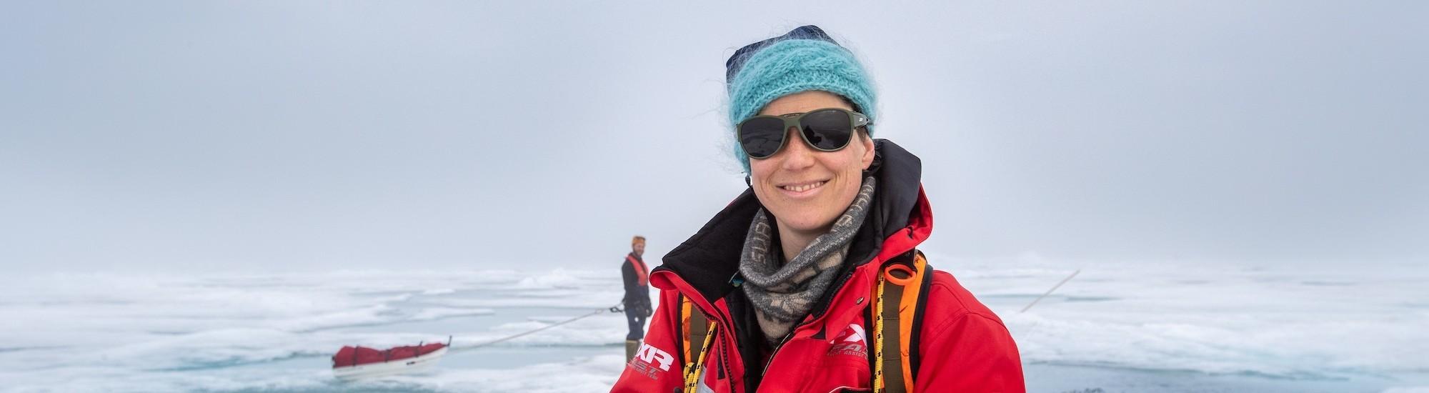 Verena Mohaupt in der Arktis, hinter ihr Eis und Eischollen .