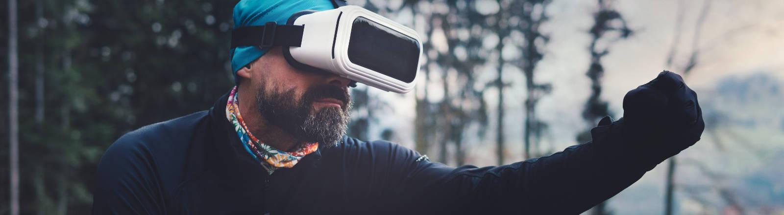 Ein Mann mit Virtual-Reality-Brille im Wald