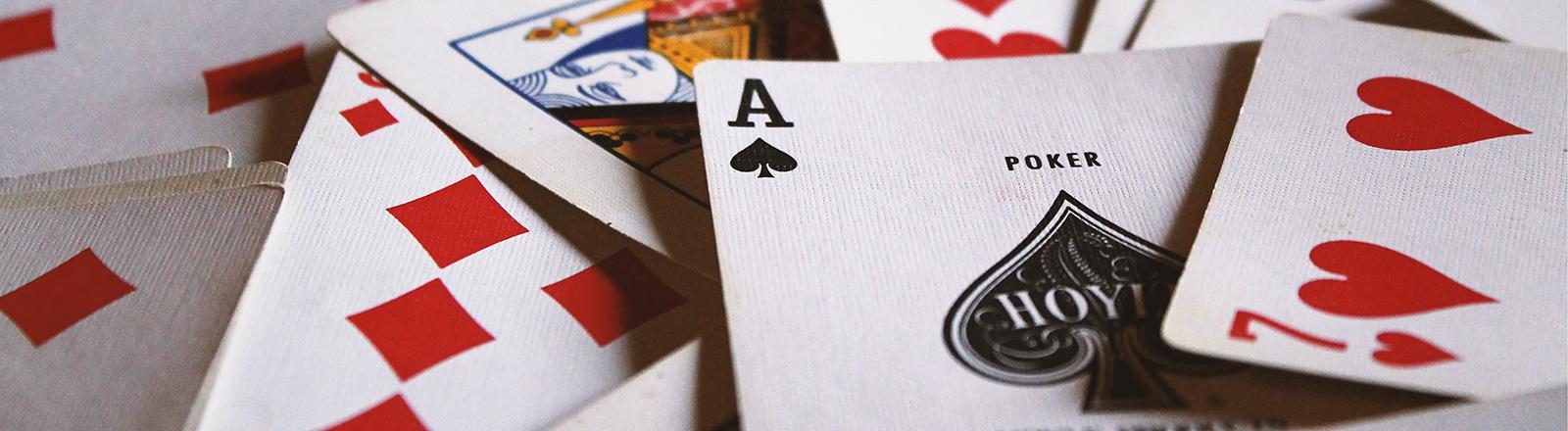 Spielkarten liegen verstreut auf einem Tisch