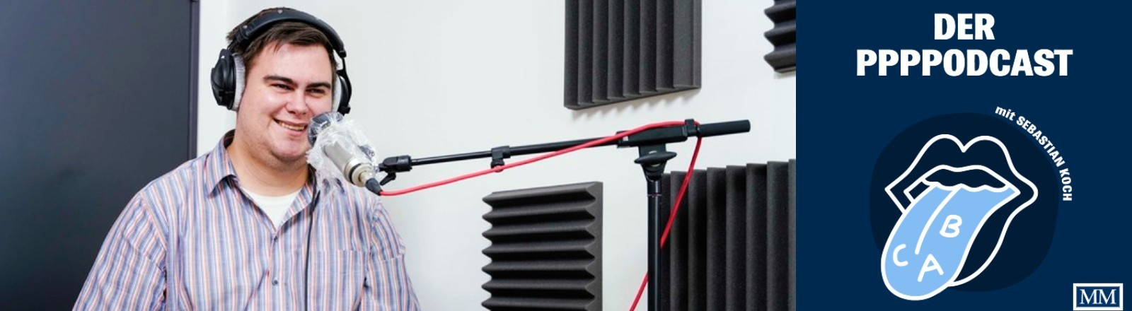 Sebastian Koch sitzt im Aufnahmestudio