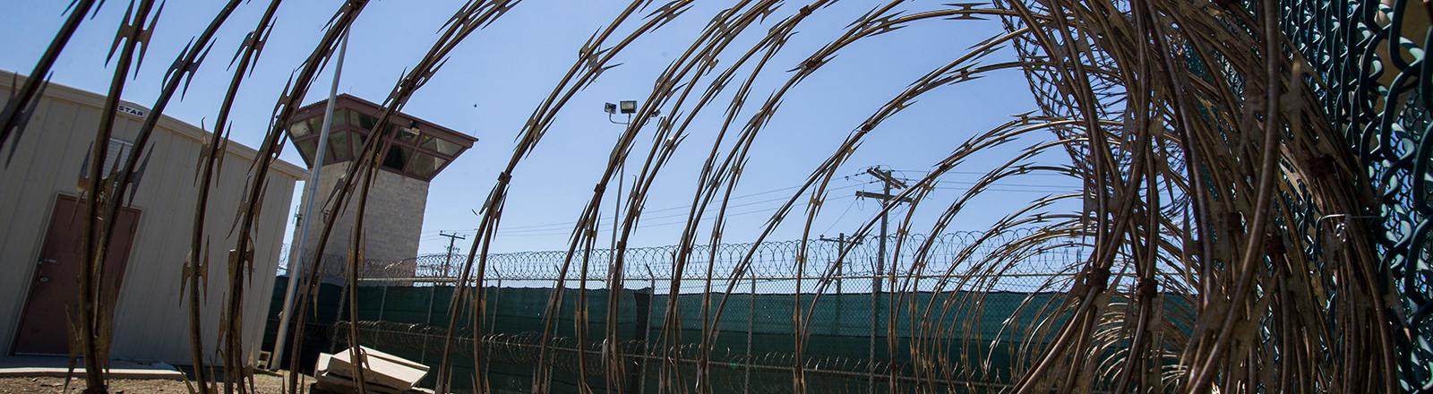Wachturm und Zaun des US-Gefangenenlagers Guantanamo im April 2019