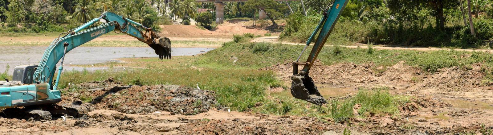 Zwei Bagger graben Erde aus