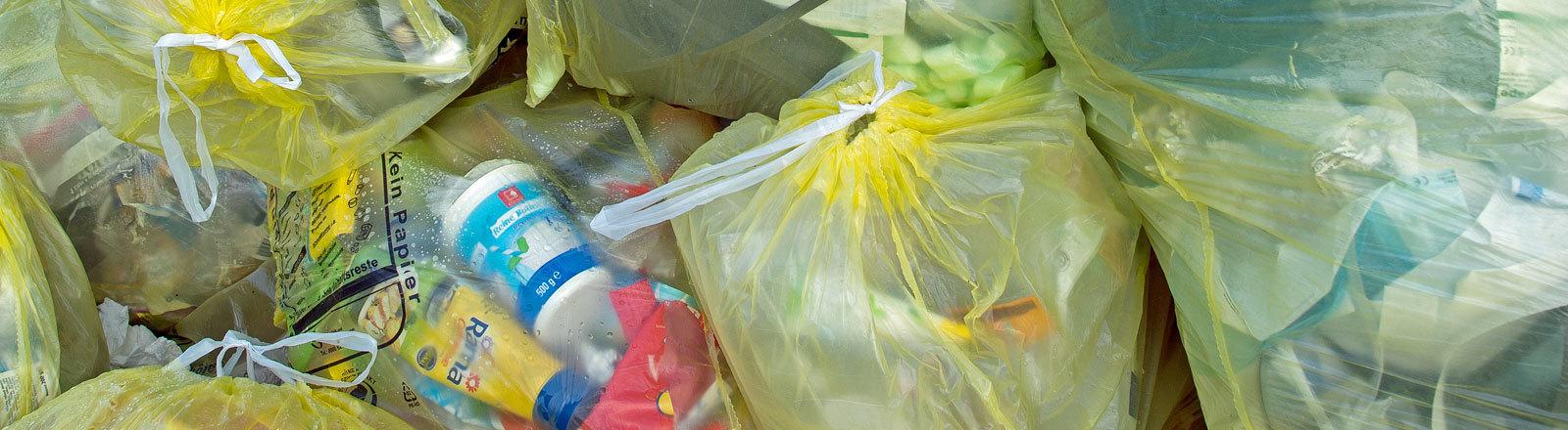 Gelbe Säcke mit Plastikmüll