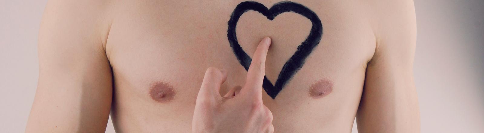 Nackter Männeroberkörper mit aufgemaltem Herz