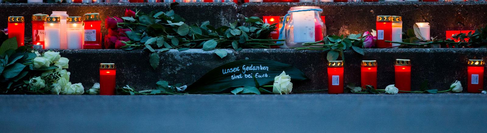 """""""Unsere Gedanken sind bei Euch"""" steht am 24.03.2015 vor dem Joseph-König-Gymnasium in Haltern am See (Nordrhein-Westfalen) vor Kerzen."""