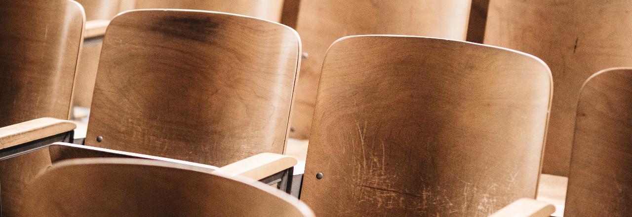 Leere Sitze in einem Vorlesungssaal.