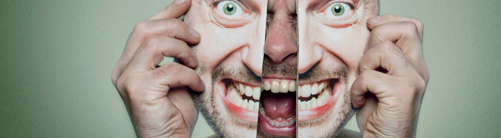 Schreiender Mann mit gespaltener Maske.