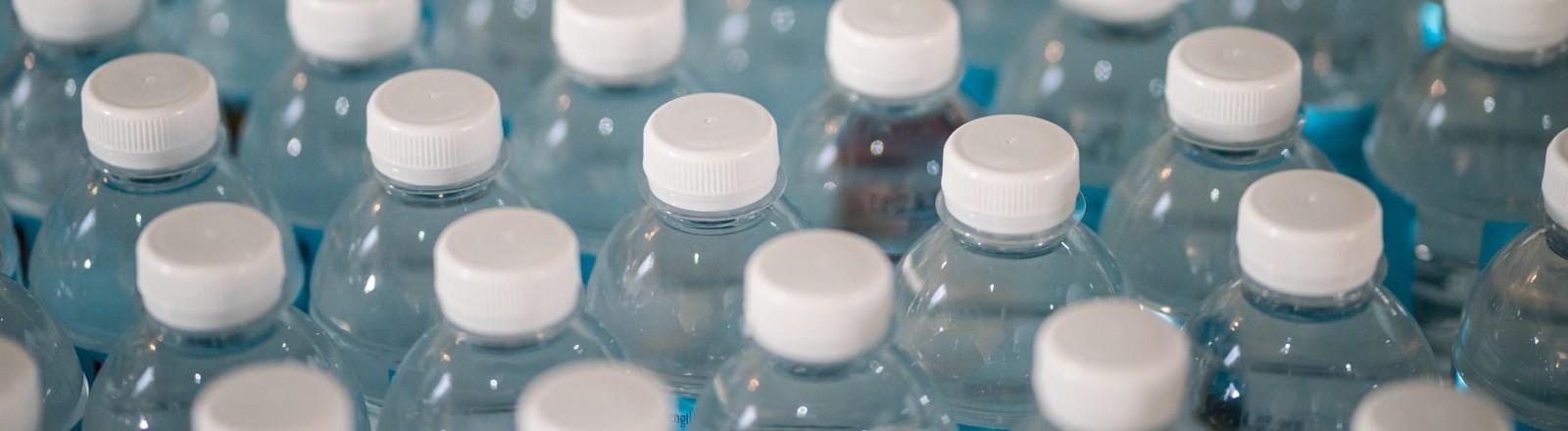 Viele Plastikflaschen von oben.