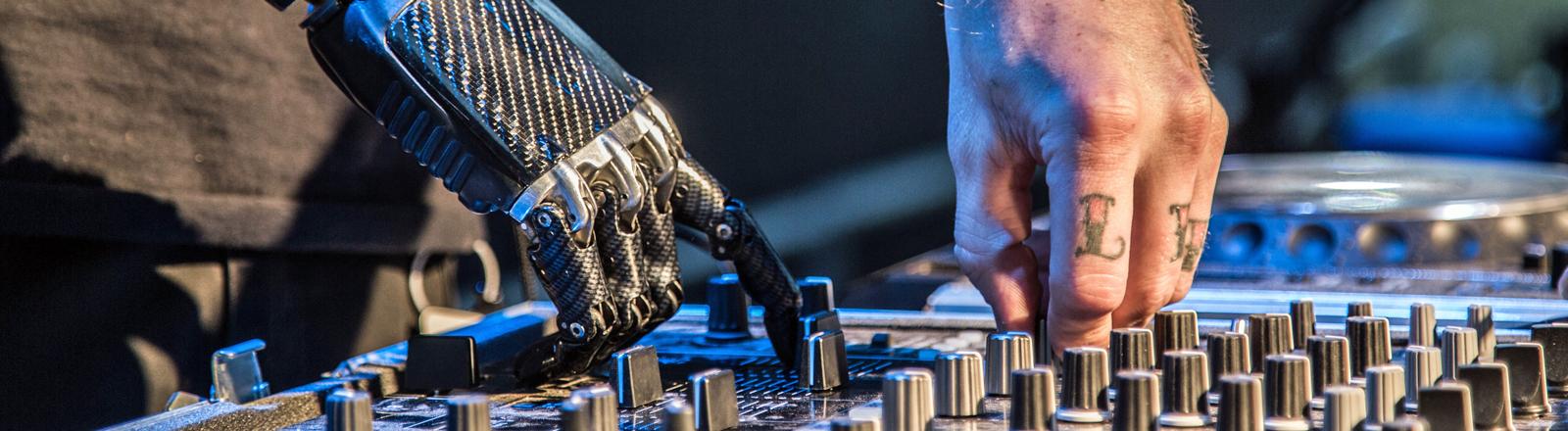 Jason Barnes als Cyborg-DJ