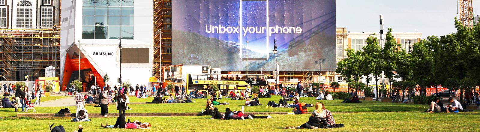 """""""Unbox your phone"""" steht auf einem riesigen Werbeplakat an der Baustelle für das neue Stadtschloss in Berlin am 20.05.2017."""