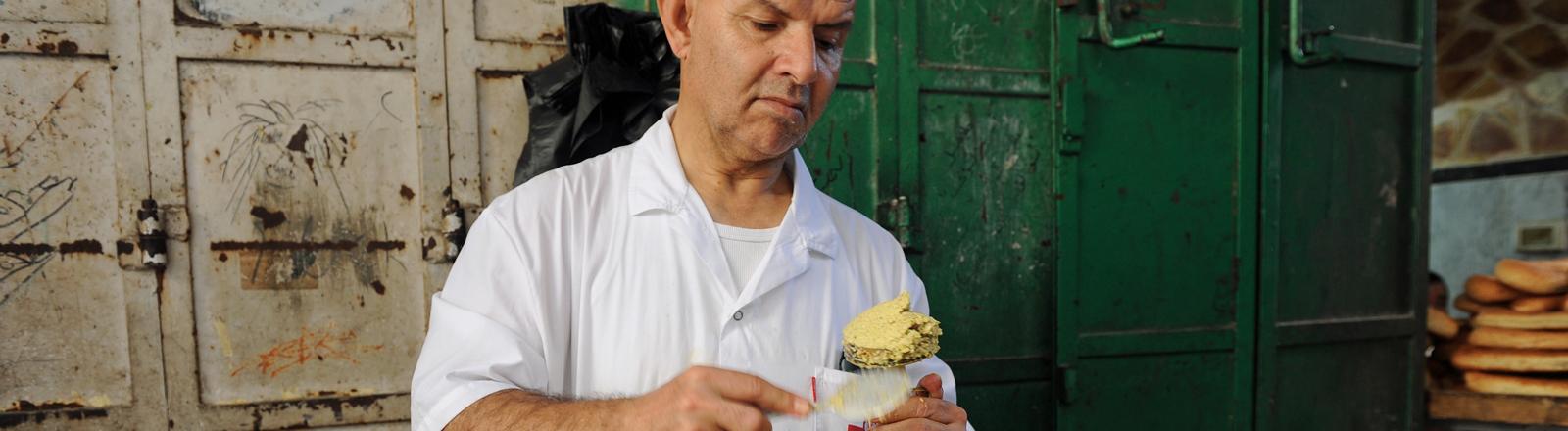Ein Mann in Jerusalem macht Falafel