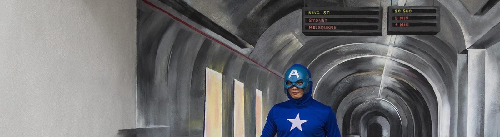Ein Mann, der als Captain America verkleidet ist