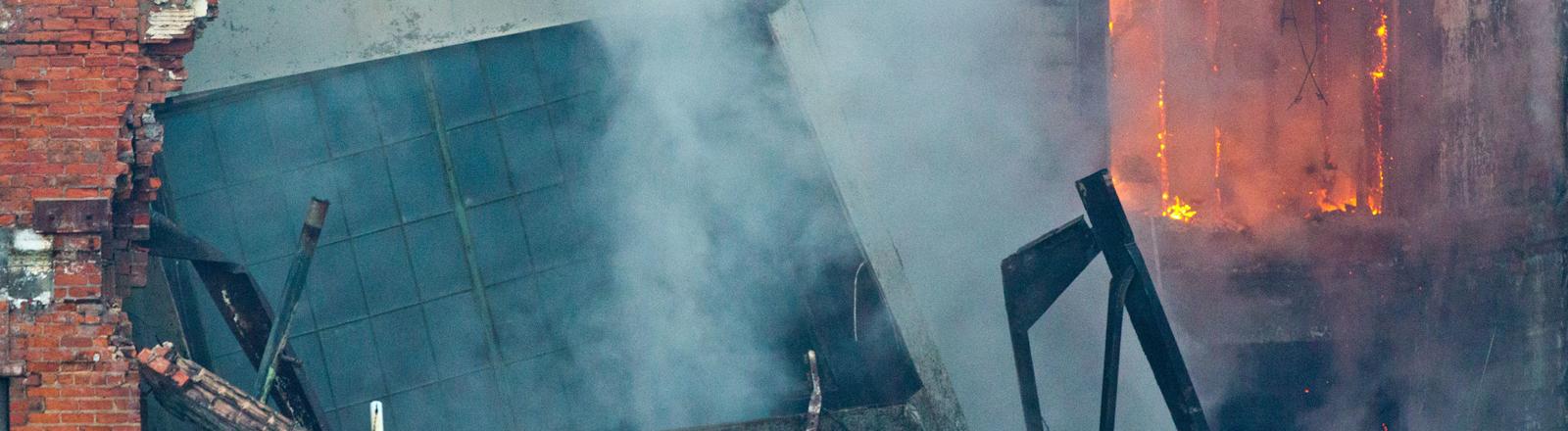 Feuerwehrmann bei Einsatz abgestuerzt, Detroit, Michigan, USA, 22. Oktober 2014