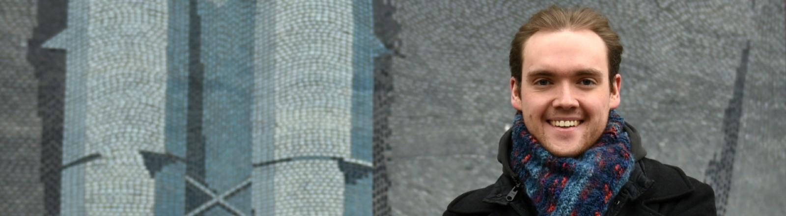 """Porträt von Denis Newiak, Doktorand der Filmwissenschaft, Autor des Buchs: """"Alles schon mal dagewesen - Was wir aus Pandemie-Filmen für die Corona-Krise lernen können"""""""