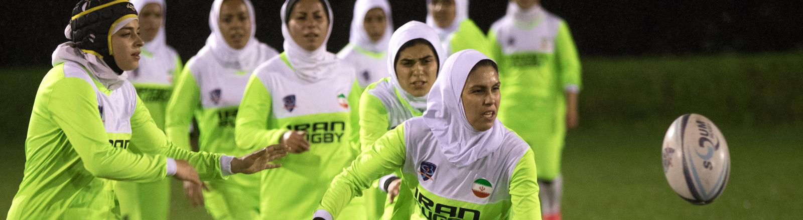 Rugbyturnier iranischer und Berliner Spielerinnen