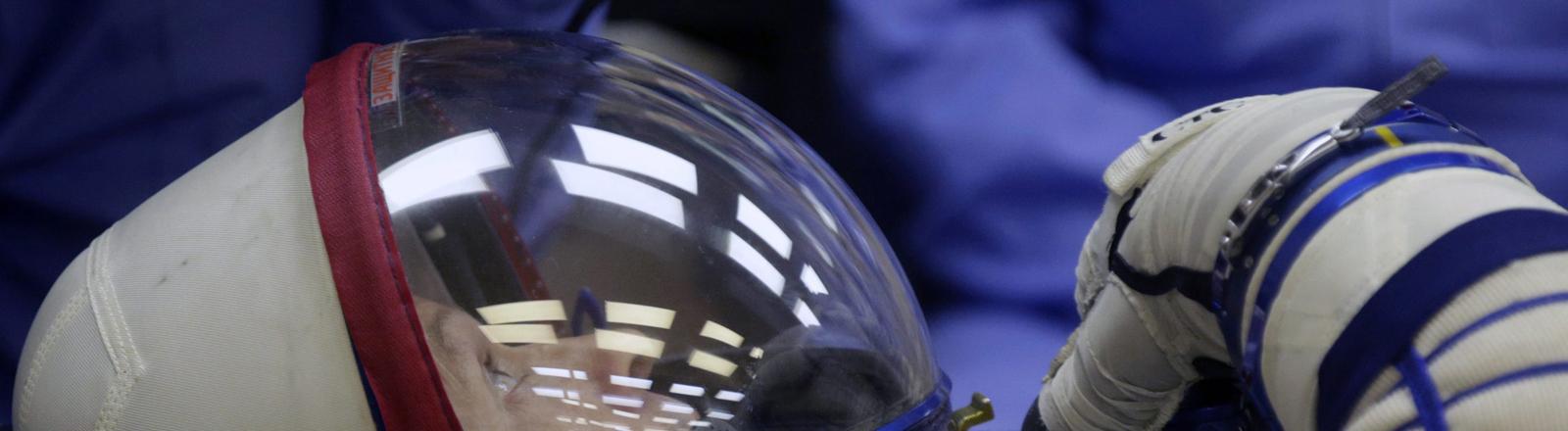 Astronaut Steven Swanson testet in Baikonur einen Raumanzug
