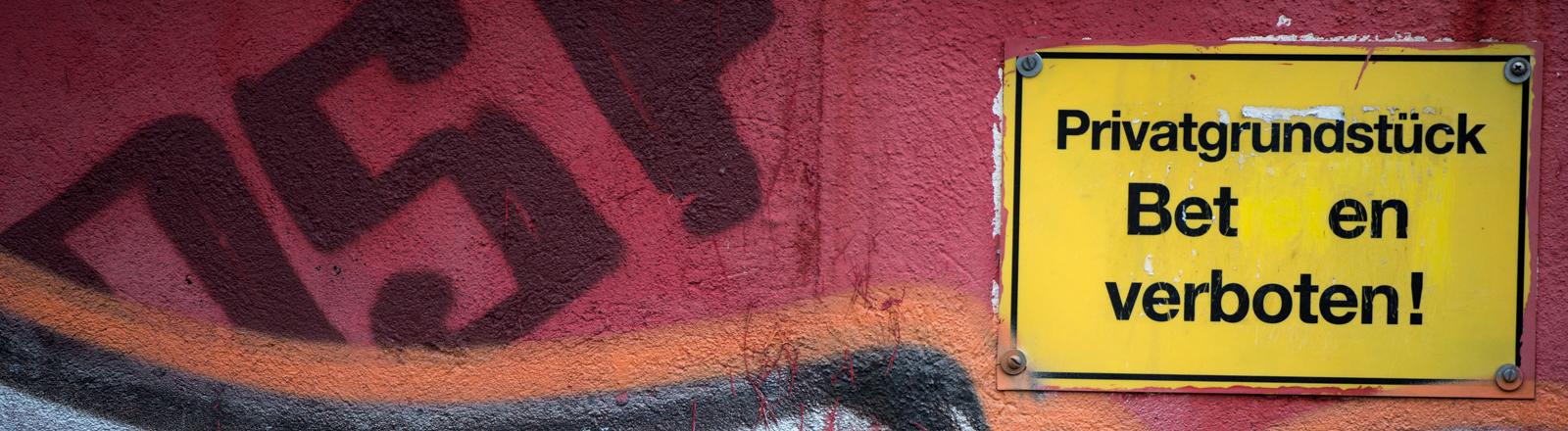 """""""Privatgrundstück - Be ten verboten"""" steht am 20.12.2013 auf einem Schild an einer Garagenwand in Dresden (Sachsen)."""