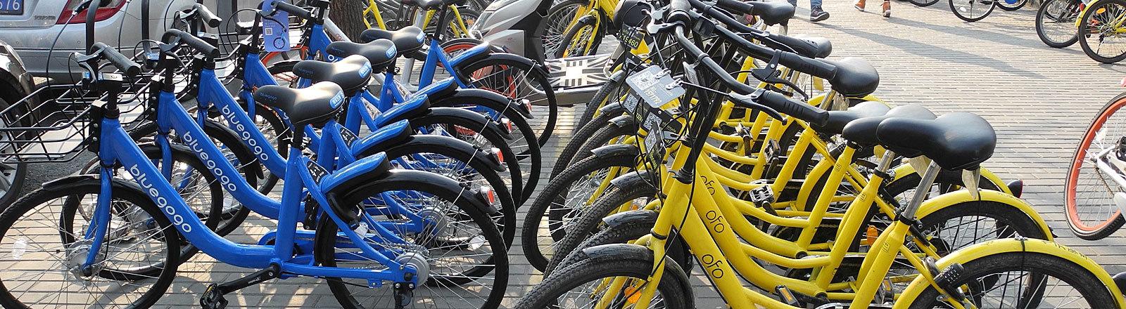 Blaue und gelbe Fahrräder in Peking.