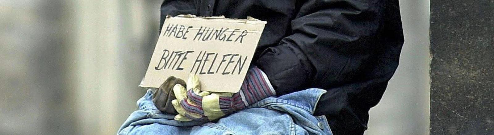 Obdachloser sammelt Spenden
