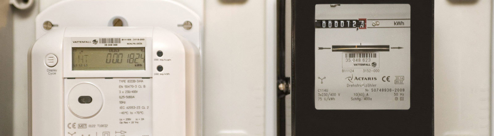 Ein digitaler Stromzähler hängt neben einem analogen.