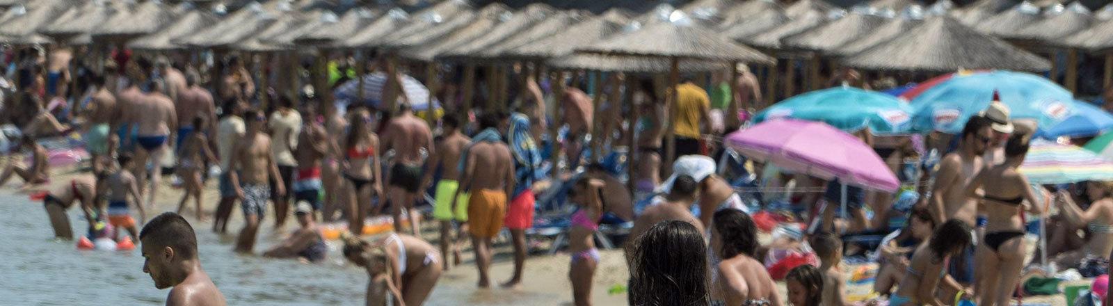 Zu viel Touristen am Strand in Griechenland