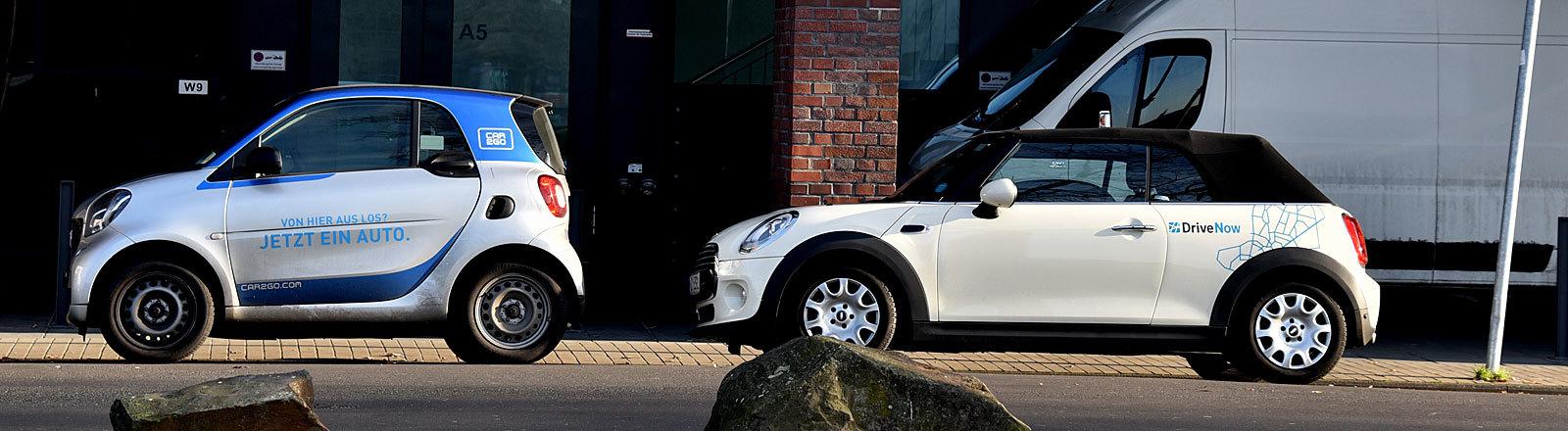 Zwei Carsharing-Autos nebeneinander.