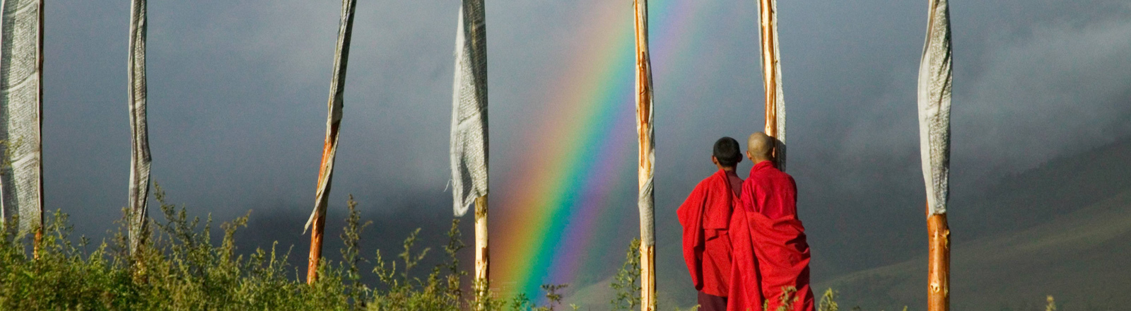 Regenbogen über dem Dorf Gangtey in Bhutan