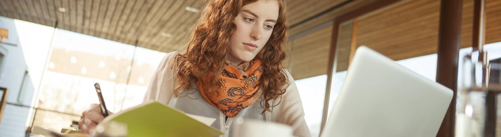 Eine Frau mit Laptop