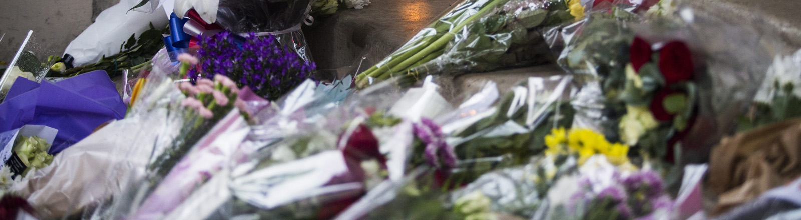 Blumen vor der französischen Botschaft in London