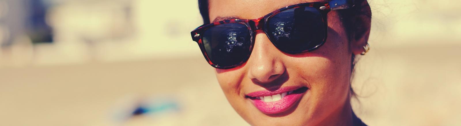 Frau mit Hornbrille