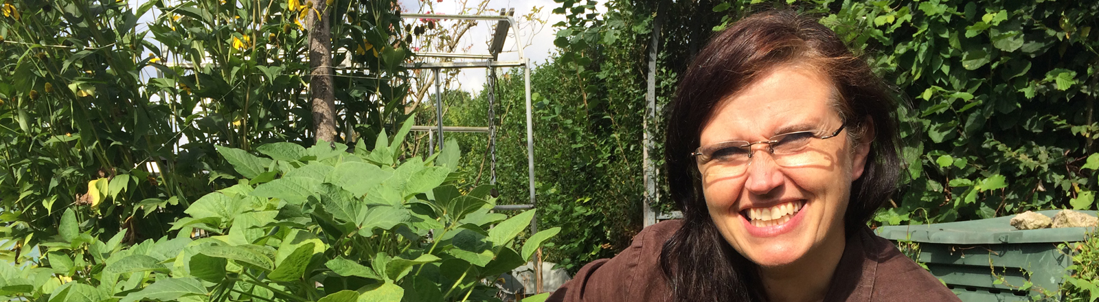 Christine O'Hara vor ihren Sojapflanzen