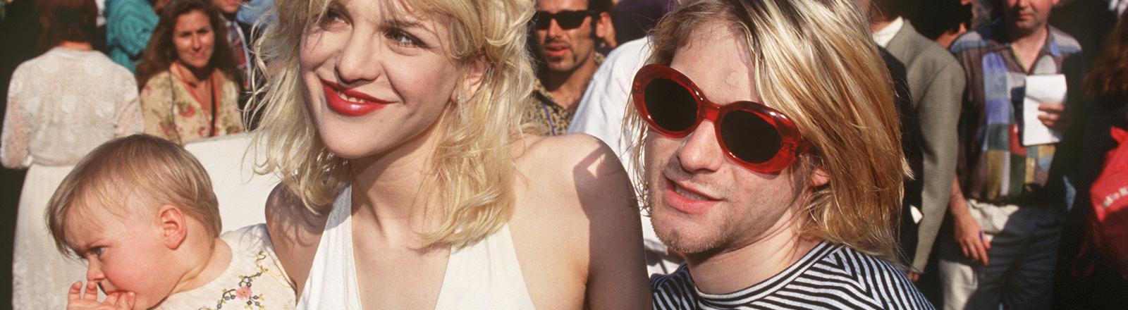 """Der Sänger der US-amerikanischen Kult-Rockband """"Nirvana"""", Kurt Cobain, und seine Frau Courtney Love sind mit Töchterchen Love am 2.9.1993 in Los Angeles auf dem Weg zur """"MTV-Video Music Award""""-Verleihung."""