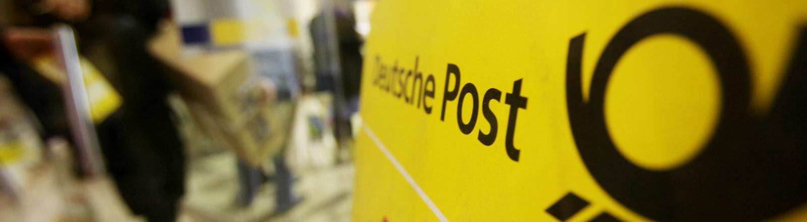 Eingangsbereich einer Deutschen Post AG Filiale aufgenommen am Mittwoch (22.12.2010) in Hamburg.
