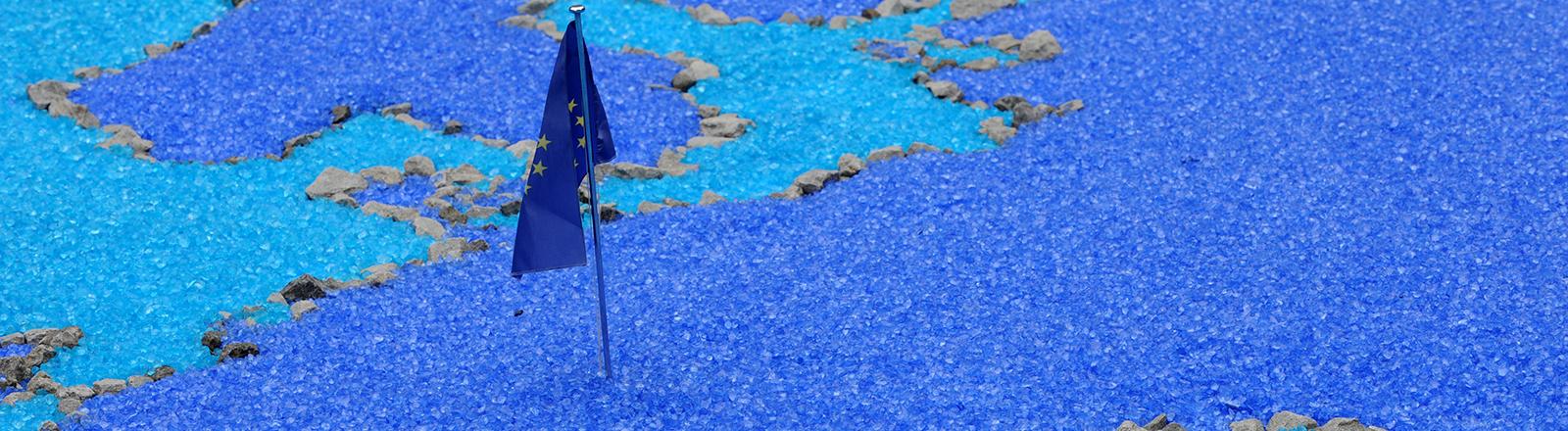 Eine Europa-Flagge steckt am Freitag (21.10.2011) auf der Blumenschau «Chrysanthema» in Lahr (Ortenaukreis) inmitten einer Europakarte. Die Schau ist Veranstalterangaben zufolge das größte Blumenfestival in Deutschland im Spätherbst. Sie beginnt am Samstag (22.10.2011) und dauert bis zum 13. November 2011. Es werden wie in den Vorjahren mehr als 300.000 Besucher erwartet. Foto: Patrick Seeger dpa/lsw
