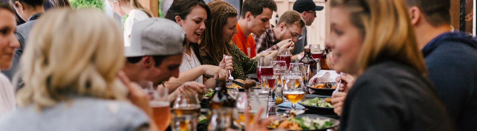 Menschen am Essenstisch