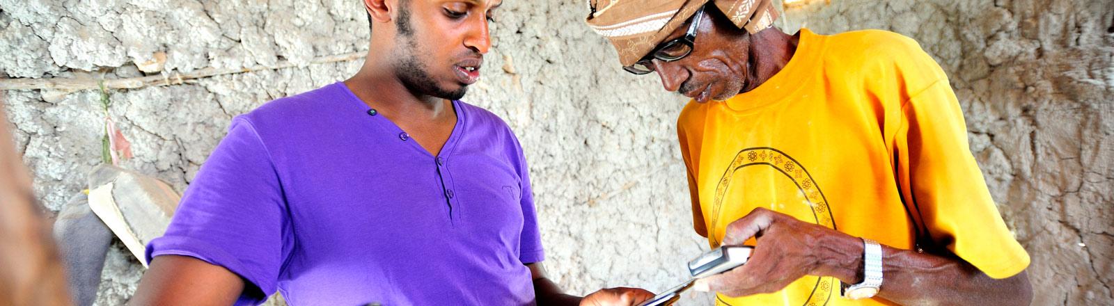 Zwei Männer mit Handys